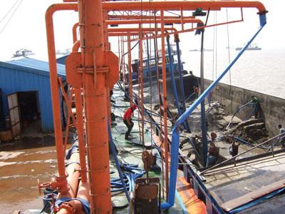 立式抽砂泵在卸沙船上使用